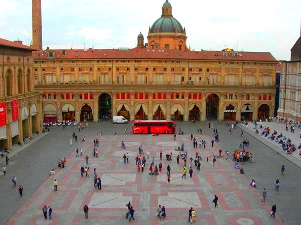 Главная площадь Болоньи, Италия