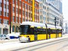 Желтый трамвай на заснеженной улице Берлина